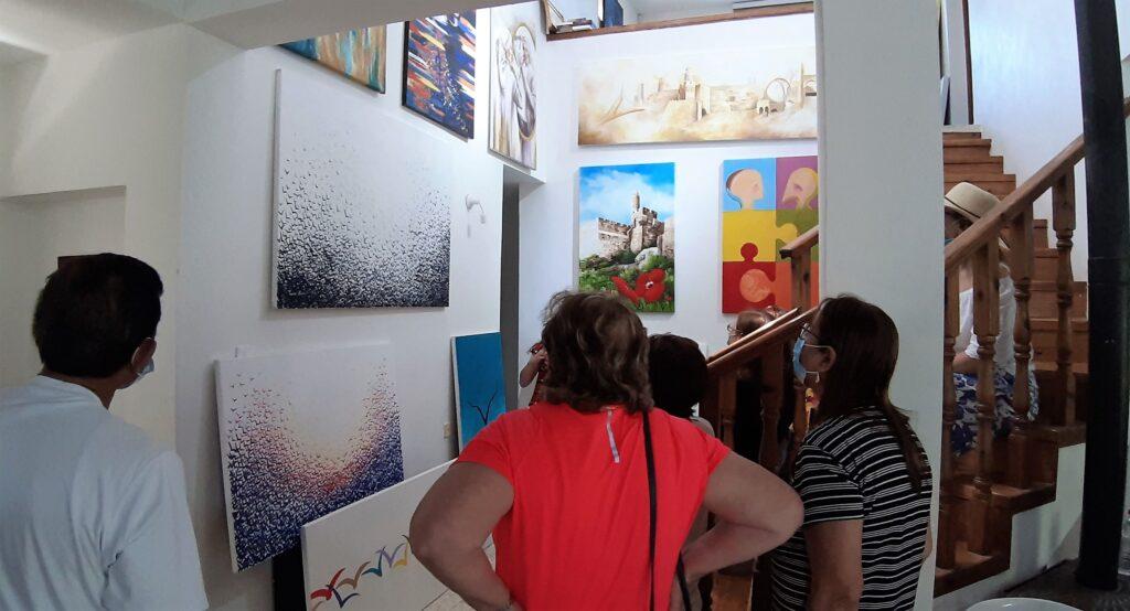 מבקרים בגלריה של תמר צייטלין