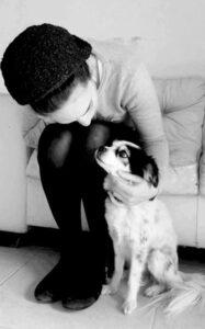 אישה חרדית וכלב